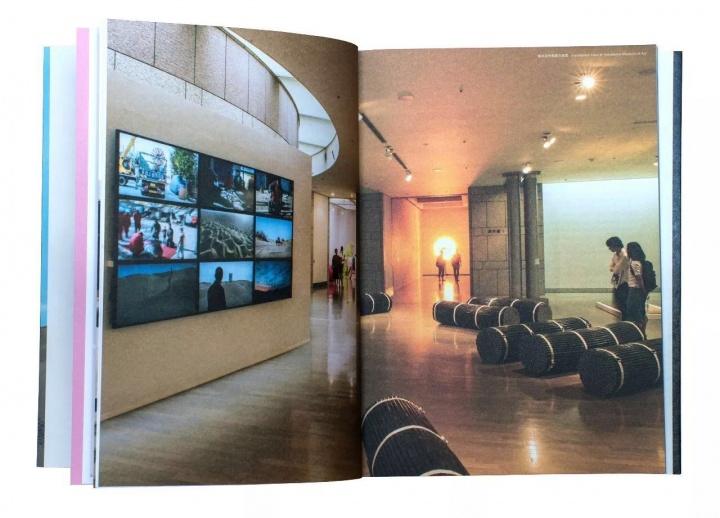 2017日本横滨三年展画册,封面正是赵赵的《塔克拉玛干计划》