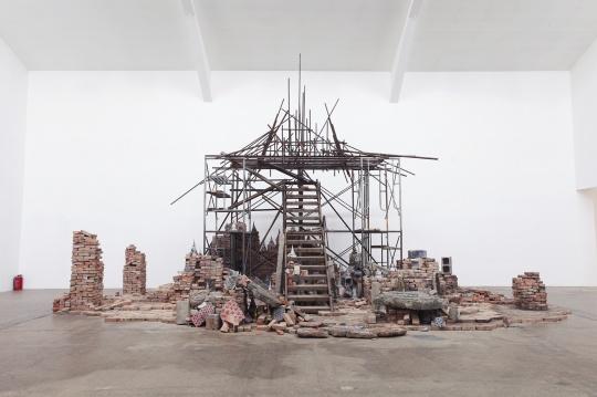 潘娜潘·尤蔓妮 《三位一体圣歌》 尺寸可变 砖块 木头 舍利塔 2018