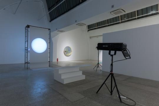《SUN》 Installation Image (color)Material Screen, projector, spotlight 2016