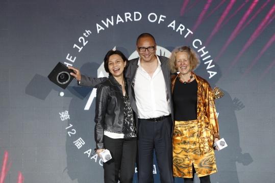第12届AAC艺术中国评委赖香伶(左)芭芭拉·伦敦(右),年度艺术出版物大奖得主朱青生(中)