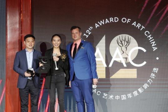 第12届AAC艺术中国评委何桂彦(左)、年度青年艺术家曹雨、欧翔(右)