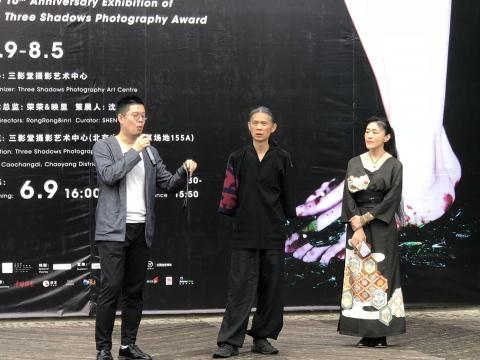 左起:三影堂摄影艺术中心策展人沈宸、负责人荣荣、映里