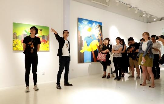 艺术家彭磊、策展人尤洋在现场导览