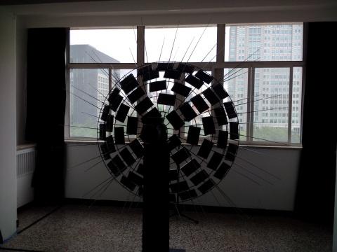 在外交公寓的阳台上,刘展放置了60台收音机接收信号