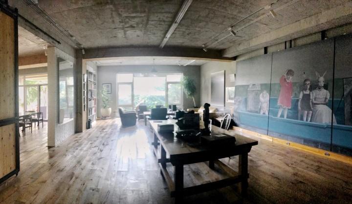 他在将台西路的工作室一层,摆着刚刚从年初布拉格展览上回来的去年创作的一件6米的大尺幅作品
