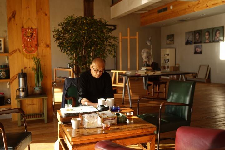 """张晓刚在工作室,在他看来,他艺术创作中的观念表达在""""大家庭""""系列已经完成,后来以及最新的创作更多的是进入一种日常的,需要在更长时间线索上显现的深度思想表达"""