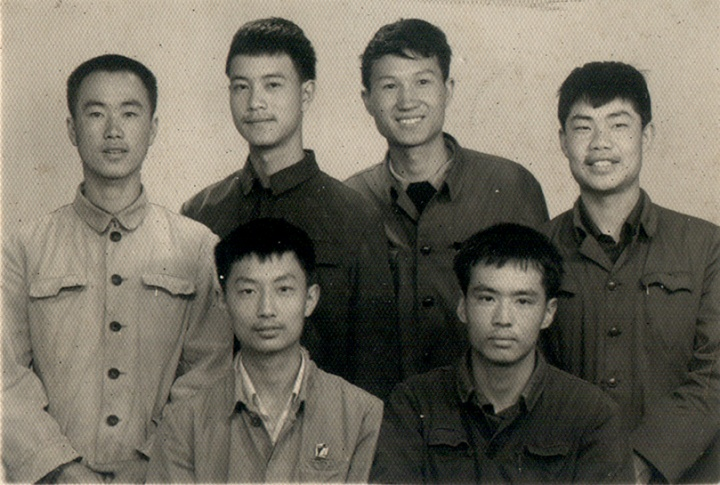 1978年,张晓刚(第一排右一)、叶永青(第二排左二)、毛旭辉(第二排左三)等人于昆明的合影。
