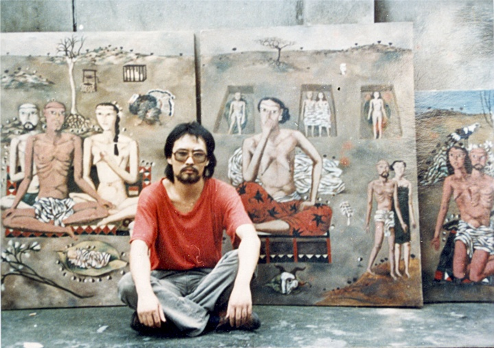 1988年,张晓刚于成都,背景是是刚刚创作完成的三联布面油画《生生息息之爱》