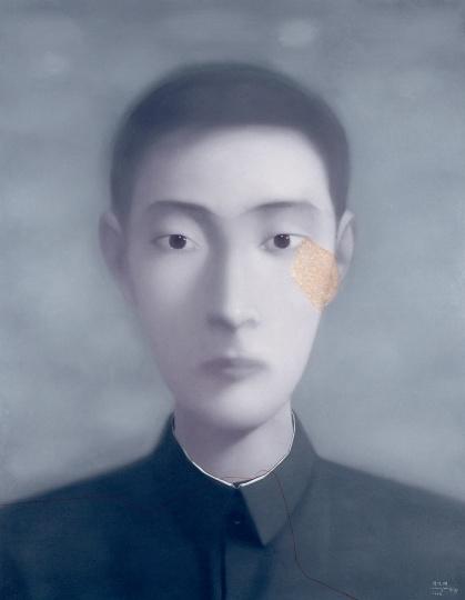 """《血缘-大家庭:同志17号(同志120号)》190cm×150cm布面油画 1998  这件作品在2006年3月,纽约苏富比拍卖行举行的""""亚洲当代艺术""""专场上,以约98万美元的价格被拍下,创造了当时中国当代艺术成交价的最好成绩。"""