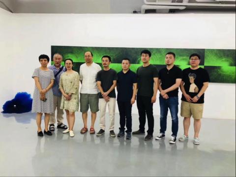 瀚艺术空间负责人陶巍(左1)、艺术家王成普(中)、策展人高远(右3)、学术支持石冠哲(右2)、马学东(右1)与到场嘉宾合影