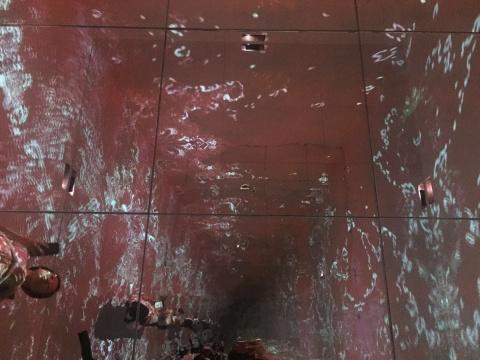 镜子折射出无尽的空间,像不像走入虫洞?