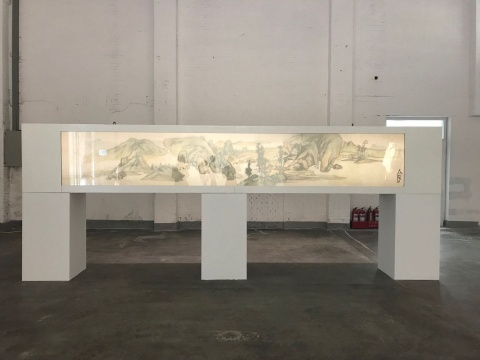 徐冰《背后的故事:溪山秋色图》(正面),玻璃、麻丝、树叶等自然废物,70x450cm,2014