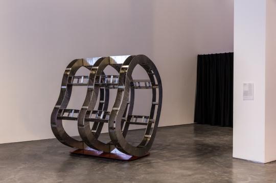 汪建伟,《一种地质时间的短路》 不锈钢、铁、喷漆,194cm x 153cm x 173cm,2018