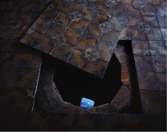 1995年,王功新回国后在北京家中实现的场域特定录像装置《布鲁克林的天空》