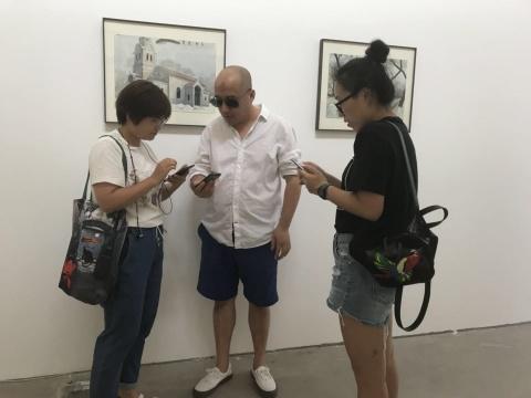 艺术家蔡东东(中)