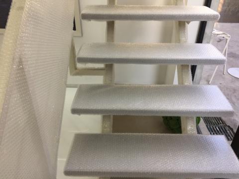 被泡沫纸包裹着的楼梯