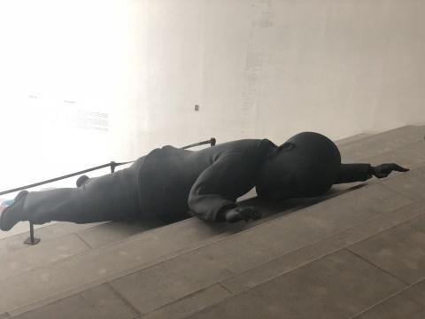 《疲惫不堪》玻璃钢烤漆 500x218x84cm 2018