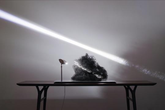 《界石》90x73x45cm 黑色金属丝,灯光装置 2018