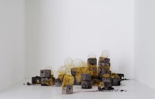 《凹凸》530x344cm(占地尺寸) 金色钢丝、黑灰水泥 2018