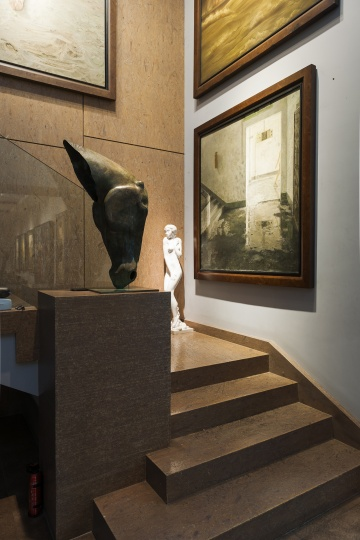 """唐炬的收藏为""""50、60后""""实力艺术家架上绘画为主线,此外也包含一些雕塑作品(摄影:董林)"""