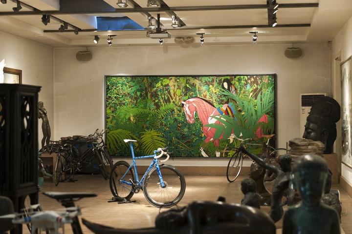 陈飞《目露凶光》190×200cm×2 亚麻布丙稀  2010-2011  蓝色的单车是美国手工制车大师Rob English(设计手工制造),与世界艺术家Geoff Mcfetridge(涂装手绘)合作的Projcet Right,也是世界上第二辆,唐炬将其作为雕塑收藏(摄影:董林)