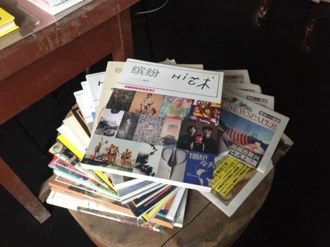 展览现场的文献阅读区,可供观众近距离了解当代艺术