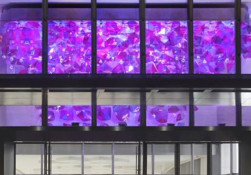 陈航峰 《万花镜》9800x5000x4200 mm 灯光艺术装置,聚甲基丙烯酸甲酯2018©KCC ART,LCM置汇旭辉广场