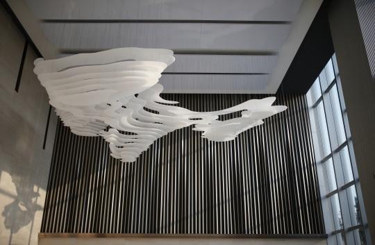 KCC-Art Studio 《理性云》8000x5850x4300 mm艺术装置,聚甲基丙烯酸甲酯 ©KCC ART,LCM置汇旭辉广场 2018