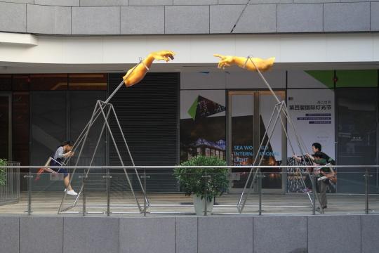 刘毅《嘿,人类!》 2100x6000x4500mm钢结构,灯箱,秋千,感应器,2016