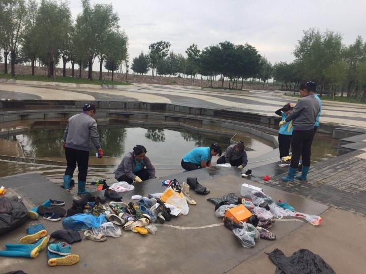 银川当代美术馆工作人员在清洗征集来的鞋