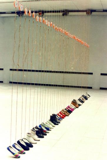 《水泥鞋》装置 鞋、水泥、麻绳、称1996(首都师范大学美术馆 )
