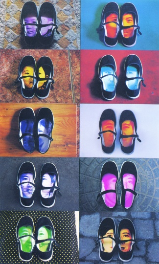 尹秀珍将自己成长的10个阶段的肖像放入鞋中的作品《尹秀珍》(1998)