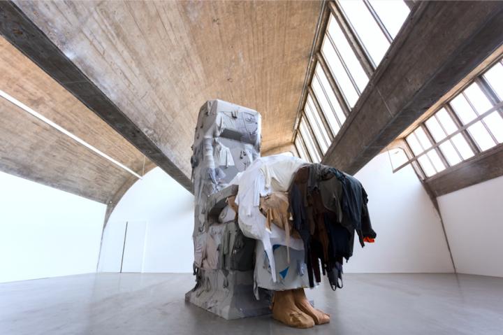 《木马》钢架,旧衣服2016-2017 © 2018尹秀珍,佩斯画廊供图