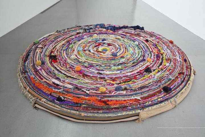"""《不能承受之暖》是对孩子关爱的反思,以1000 条旧围巾盘卷出的色彩缤纷的巨大""""漩涡"""" © 2018尹秀珍,佩斯画廊供图"""