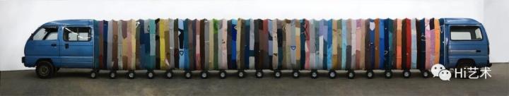 《集体潜意识》装置作品面包车、不锈钢、旧衣服、板凳、音箱2007© 2018尹秀珍,佩斯画廊供图