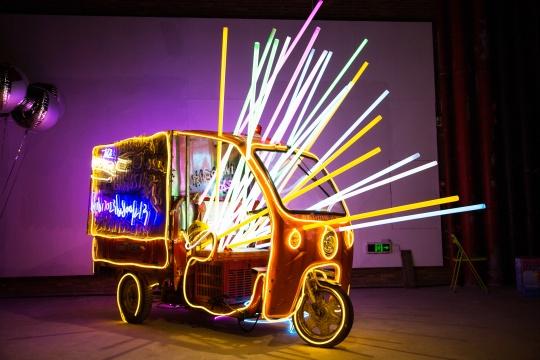 焦兴涛《美丽新世界》三轮送货车、霓虹灯管、音响、方便食品 2018