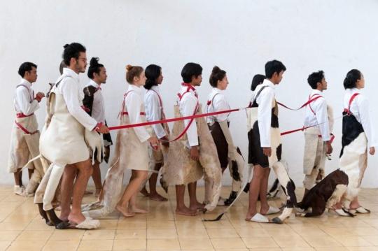 本届新作预告-伊吹岛-马来西亚艺术家Mella Jaarsma+Nindityo Adipurnomo-参考作品Dogwalk-©Yasushi Ichikawa_濑户内国际艺术节组委会提供