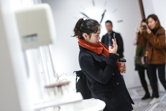 "Tango个展""任意门""展览现场,观众被作品的幽默吸引"