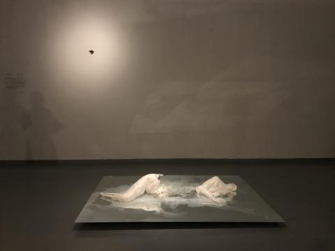 内田里奈 《奥菲利亚》60×200×150cm 纸,镜子 2018