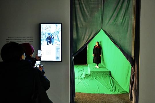 观众可以在现场体验高科技拍照,置身大雅宝胡同