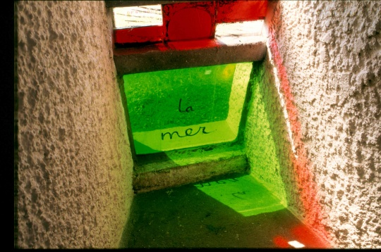 朗香教堂的彩色玻璃(图片来自苏州美术馆)
