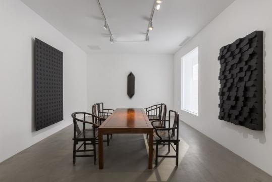 展示了《照明》、黑色木块 两个系列的作品