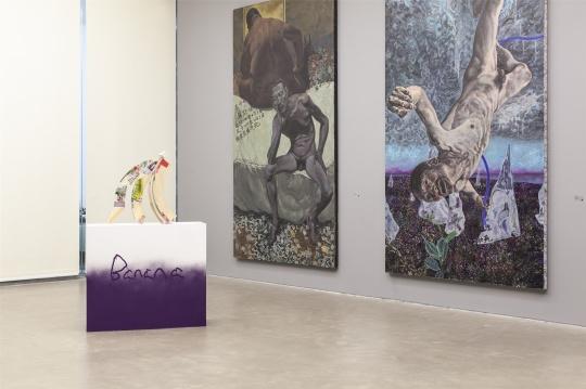 郭亚冠绘画作品(右)及葛雅静 《Banana》 木条综合材料,尺寸可变 2018(前)