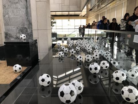 2000多个足球足球分布在万营艺术空间各个角落,开幕当人每日都可领走一只