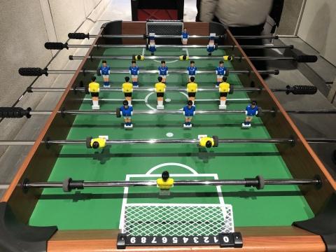 """章清最新创作的互动装置《中国""""篮""""足》,他用""""姚明""""人偶替换掉了桌面足球的运动员,并设置了头球的规则"""