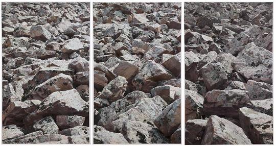 《石堆》 189×354cm 摄影绘画 2018 图片由艺术家和魔金石空间提供
