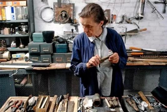 1974年,布尔乔亚在她的家庭工作室中。图片来源:网络