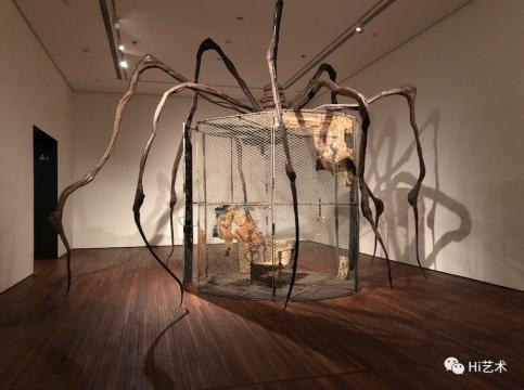 路易丝·布尔乔亚《蜘蛛》,449.6×665.5×518.2cm 钢、挂毯、木材、玻璃、布料、橡胶、银、金、骨 1997 ,伊斯顿基金会收藏,松美术馆展览现场图,摄影:罗颖