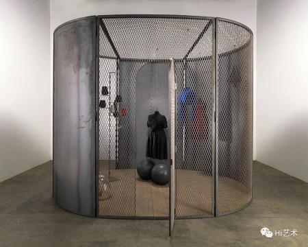 路易丝·布尔乔亚 《细胞(黑暗的日子)》 304.8×397.5×299.7cm 钢、布料、大理石、玻璃、橡胶、线、木材 2006 伊斯顿基金会收藏 © 伊斯顿基金会,VAGA授权,摄影:Christopher Burke