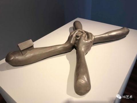 路易丝·布尔乔亚 《无题(7号)》12.1x68.6x43.2cm 青铜、硝酸银铜绿 1993 路易斯·布尔乔亚信托机构收藏,松美术馆展览现场图,摄影:罗颖